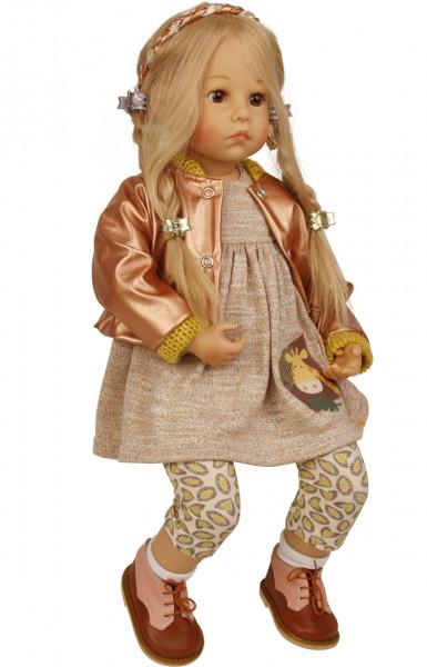 Puppe Elena sitzend 53 cm von Sybille Sauer blonde Haare, Kleiudng beige/braun/rotgold