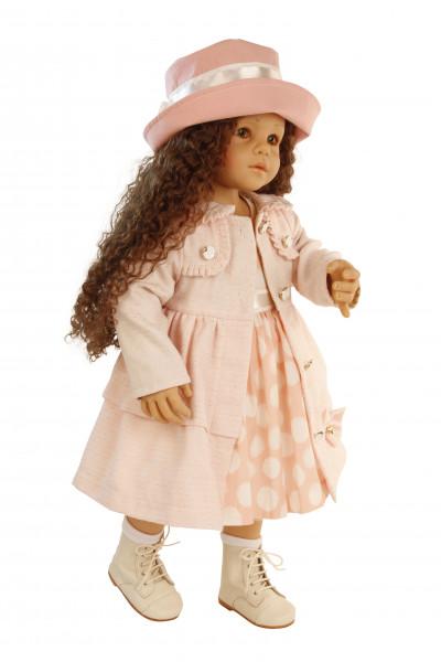 Puppe Moni stehend von Sieglinde Frieske, braune Haare, braune Augen, rose Kleidung